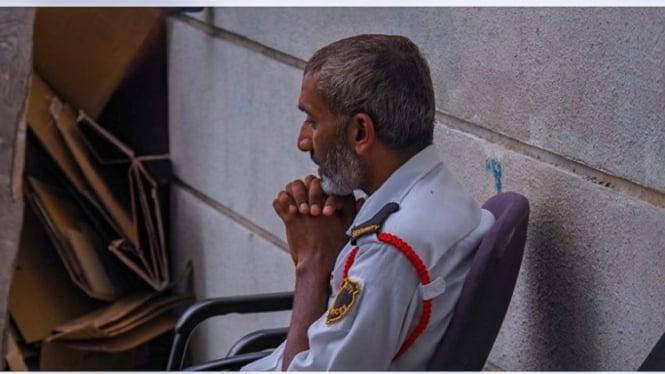 Petugas keamanan berdoa khuyuk di tengah wabah COVID-19