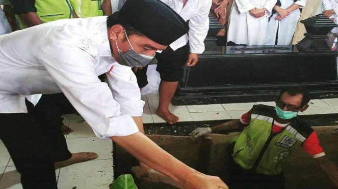 Presiden Jokowi saat memakamkan Ibundanya