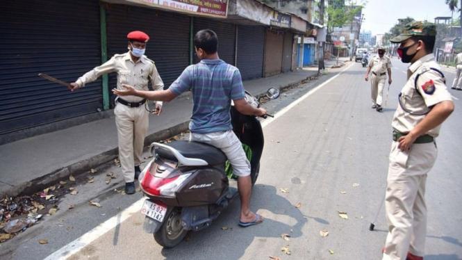 Polisi India tegur warga saat Lockdown imbas wabah Corona.