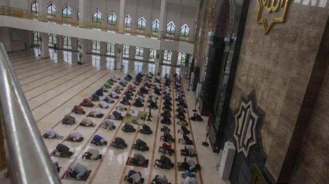 Salat berjamaah di Masjid Darussalam, Palangkaraya dengan shaf diatur jarak