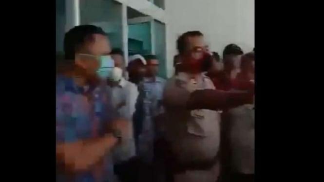 Aksi protes terjadi di kantor salah satu perusahaan pembiayaan di Jakarta.