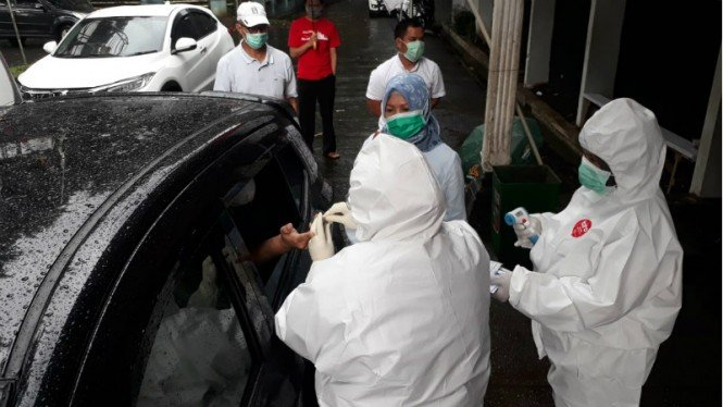 Rapid Test Dilakukan Tenaga Medis Drive Thru di Bogor