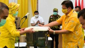 Ketua Umum Partai Golkar, Airlangga Hartarto, menyerahkan bantuan APD dan alkes.