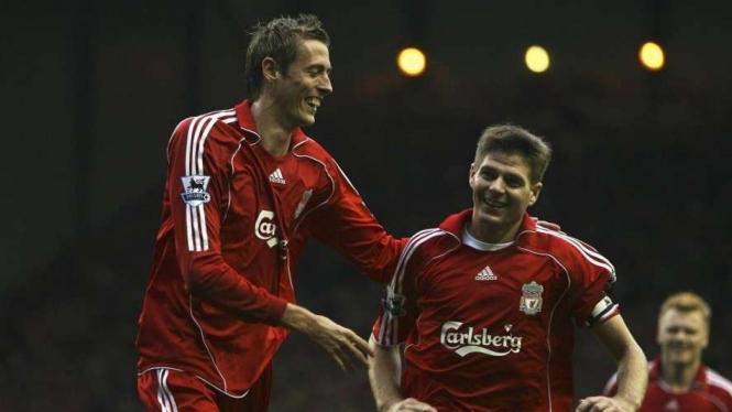 Peter Crouch, mantan pemain Liverpool (kiri)