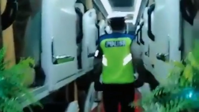 Polisi sosialisasi pencegahan virus corona di dalam bus