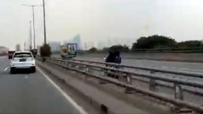 Emak-emak Menantang Maut, Naik Motor Lawan Arah di Tol Dalam Kota