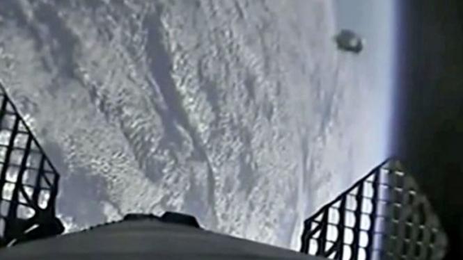 Penampakan UFO, pesawat milik alien, di luar angkasa.