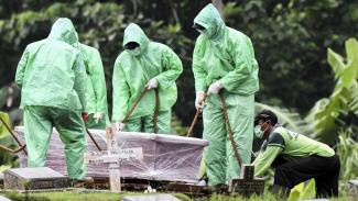 Ilustrasi pemakaman sesuai protokol kesehatan.