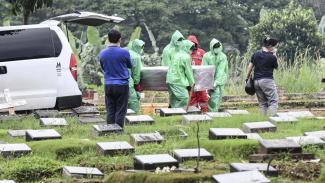 Pemakaman jenazah pasien yang terjangkit virus corona. (foto ilustrasi)