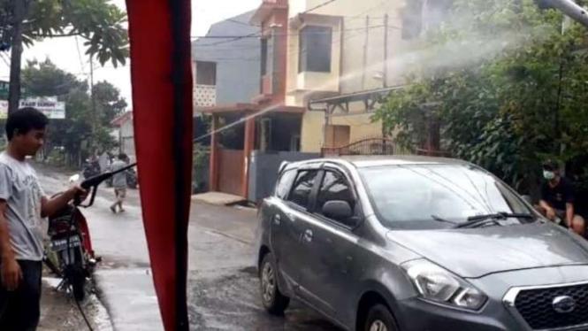 Mobil disemprot disinfektan.