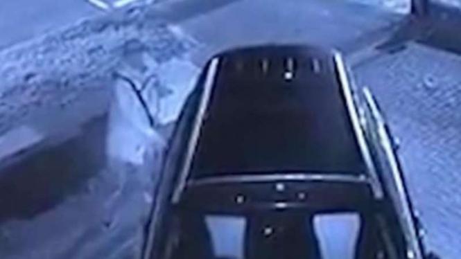 Pria misterius menyentuh mulut lalu memegang gagang pintu mobil.
