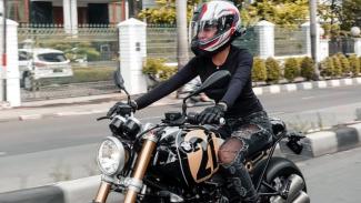Nikita Mirzani naik moge BMW