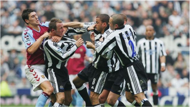 Dua pemain Newcastle United, Bowyer dan Dyer berkelahi