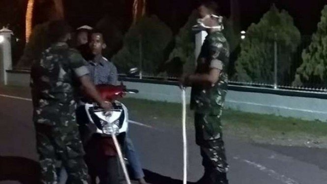 VIVA Militer:  Prajurit TNI sosiaslisasikan jam malam di Aceh.