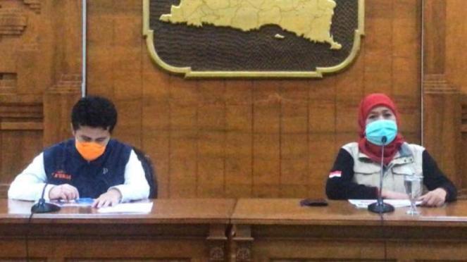 Gubernur Jawa Timur, Khofifah Indar Parawansa, menggelar konferensi pers.