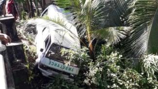 Mobil ambulans tim medis COVID-19 kecelakaan.
