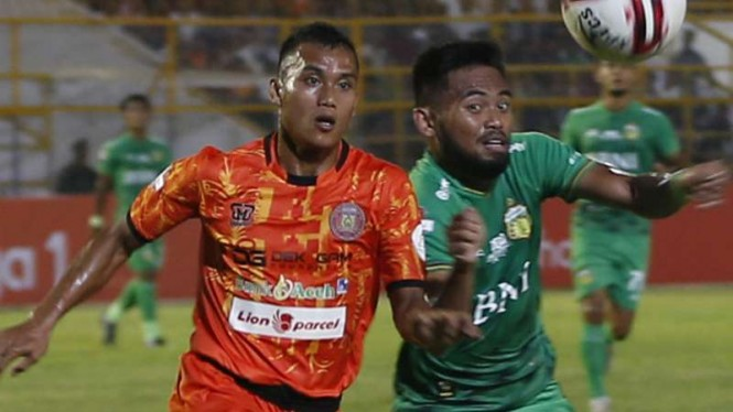 Winger Bhayangkara FC, Saddil Ramdani (kanan).