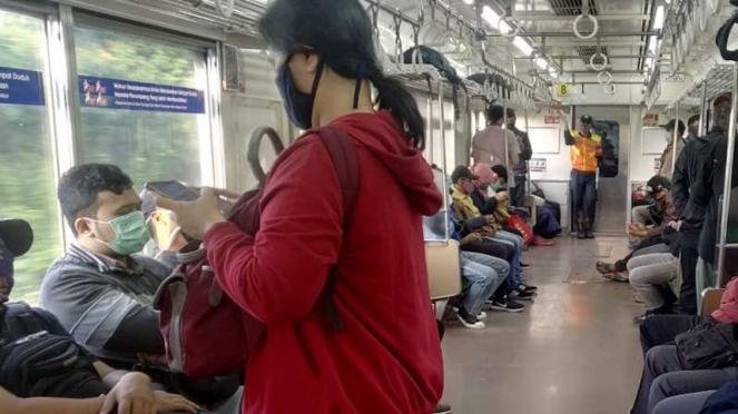 Mulai banyak penumpang KRL pakai masker saat naik kereta