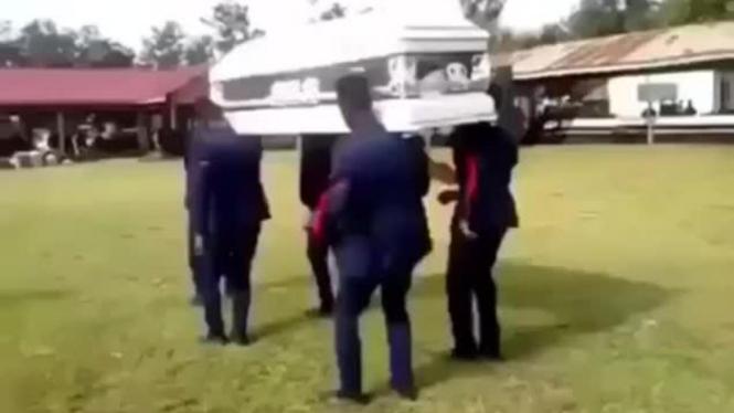Cuplikan video Dancing Coffin atau Funeral Dance