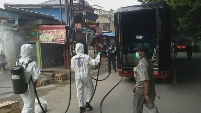 Penyemprotan disinfektan di Depok