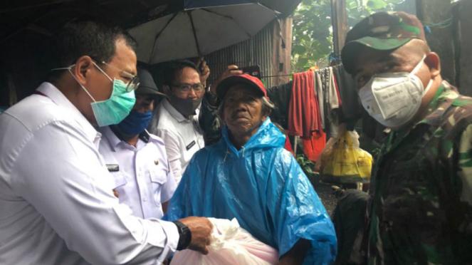 PJ Wali Kota Makassar, Iqbal Suhaeb, serahkan bantuan ke warga.