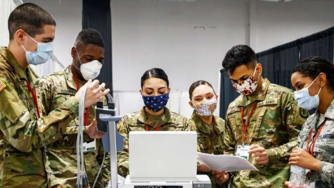 VIVA Militer: Prajurit US Army mengoperasikan ventilator untuk pasien COVID-19
