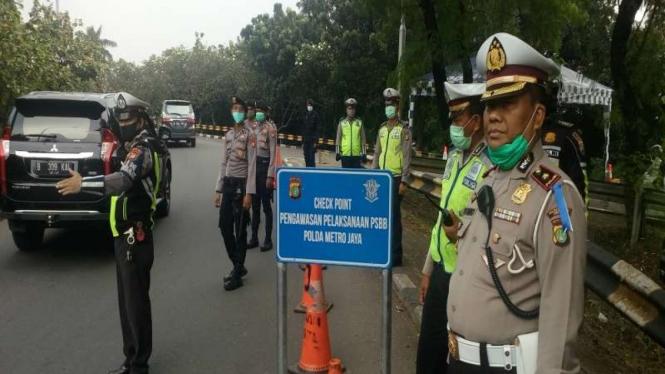 PSBB, polisi cek kendaraan di perbatasan Depok