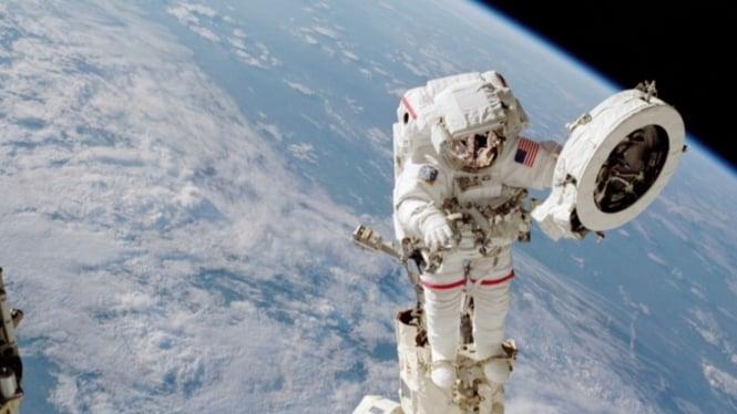 Astronot di luar Stasiun ISS.