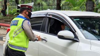 Ilustrasi polisi melakukan pengecekan kendaraan.