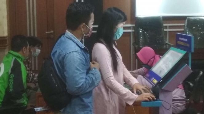 Pendaftar Kartu Prakerja di posko pendampingan di kantor Disnakertrans Jatim di Surabaya pada Senin, 13 April 2020.