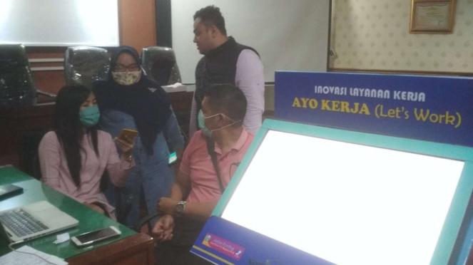 Para pendaftar Kartu Prakerja di kantor Dinas Tenaga Kerja dan Transmigrasi Jawa Timur di Surabaya pada Senin, 13 April 2020.