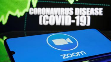 https://thumb.viva.co.id/media/frontend/thumbs3/2020/04/14/5e954df6c4d22-aplikasi-zoom_375_211.jpeg