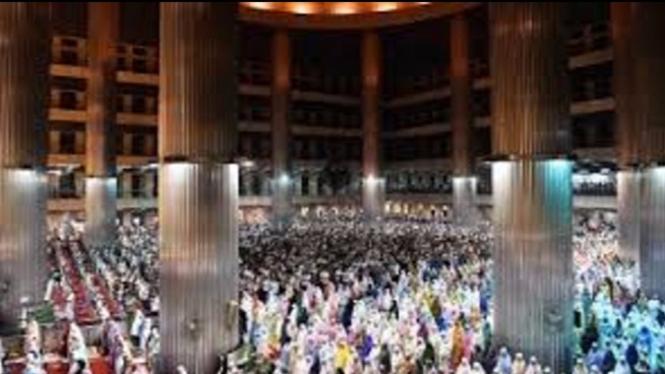 Ilustrasi salat tarawih di Masjid Istiqlal (Foto/VIVA)