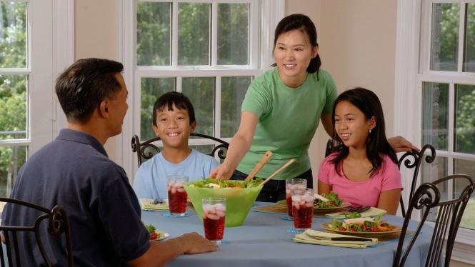 Ilustrasi keluarga makan bersama
