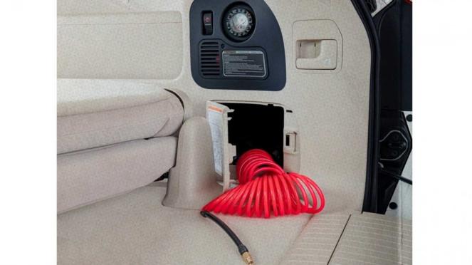 Kompresor angin ban standar pabrikan di mobil Toyota Land Cruiser terbaru.