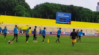Pemain Sriwijaya FC latihan.
