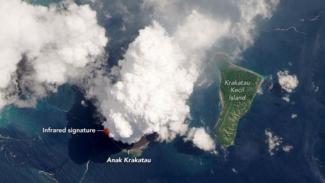 Foto letusan Gunung Anak Krakatau.