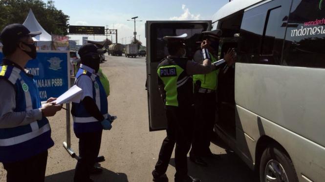 Pemeriksaan kendaraan di jalan tol dalam rangka PSBB.