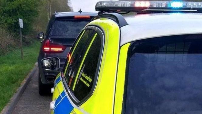 Pengemudi mobil BMW diberhentikan Polisi karena nekat keluar rumah.