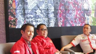 Plt Sekjen PSSI, Yunus Nusi (kiri)