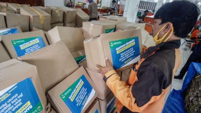 Petugas pos menata logistik bantuan sosial untuk warga yang terdampak perekonomiannya akibat COVID-19 di Kantor Pos, Cibinong, Bogor, Jawa Barat, Jumat (17/4/2020).