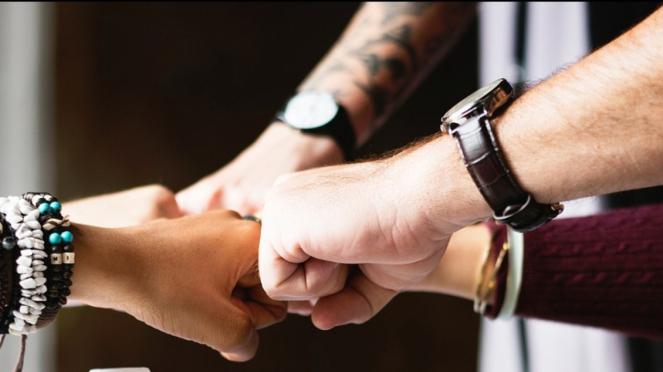 Ilustrasi Membangung Bisnis dengan Teman
