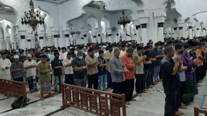 Salat tarawih pertama di bulan Ramadan, di Masjid Raya Baiturrahman Banda Aceh.