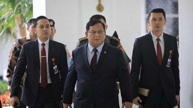 VIVA Militer: Menteri Pertahanan Prabowo Subianto dan ajudannya.