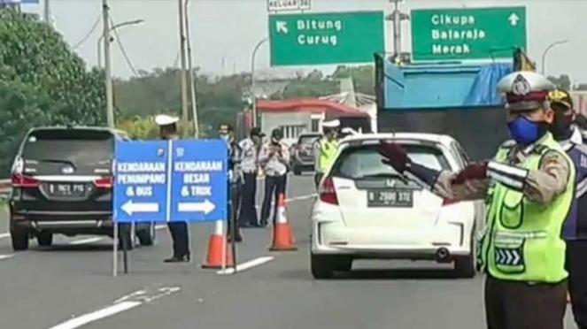 Polisi berjaga di depan pintu tol Bitung Tangerang