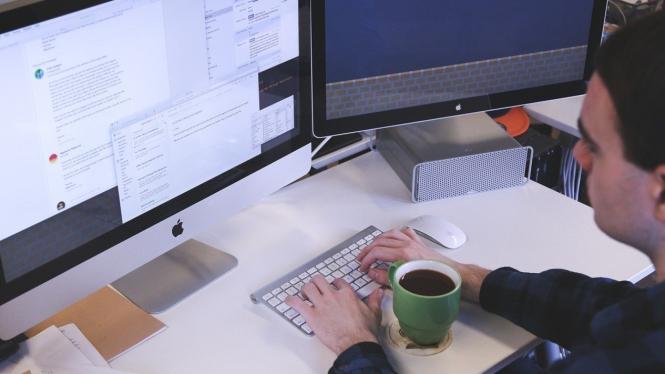 orang menggunakan komputer
