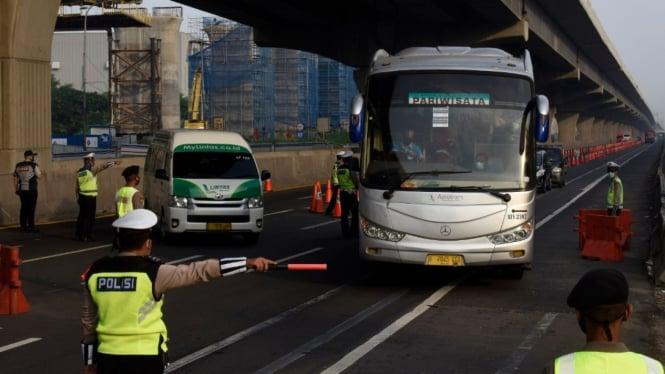 Razia Kendaraan Hendak Mudik di Tol Jakarta-Cikampek