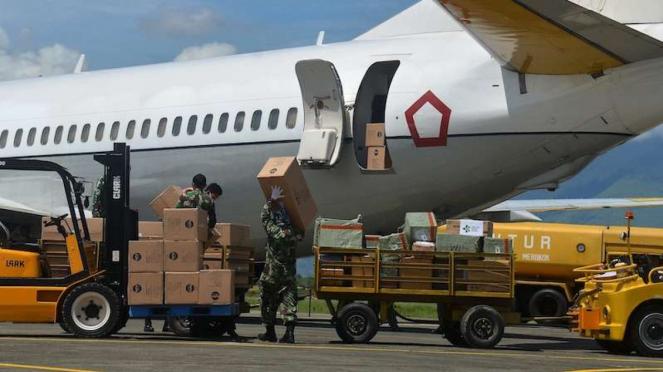 Prajurit TNI menurunkan sejumlah kotak kardus berisi Alat Pelindung Diri (APD) dari pesawat TNI AU A-7306 saat tiba di Bandara Sultan Iskandar Muda (SIM) Blang Bintang, Aceh Besar, Aceh, Sabtu (18/4/2020). (Foto ilustrasi)