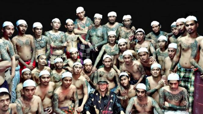 Bahar Smith foto bareng narapidana di dalam Lapas Cibinong.