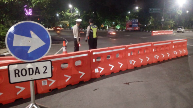 Petugas polisi siapkan check poin PSBB di Surabaya